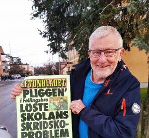 Bild på Pliggen som håller upp en Aftonbladets affisch där det står -Pliggen i Fellingsbro löste skolans skridskoproblem