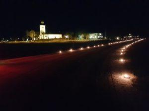 Bild på ljusmarschaller som lyser upp vägen mot Fellingsbro kyrka