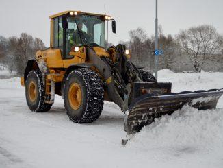 En bild Patrik Larsson från Ahlgrens åkeri när han kör en plogbil