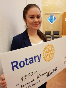 Bild på Johanna Ekblad som fått en check från Rotary på 4950kr