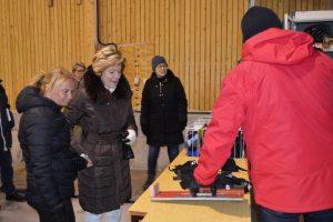 En bild på Pliggen visar Landshövdingen Maria Larsson och Marie-Louice Forsbergs Fransson hur deras mått för fötterna fungerar