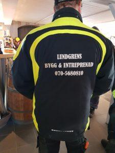 En på ryggen på jacka med texten Lundgrens bygg och entreprenad