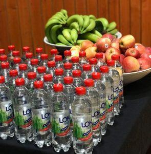 En bild på två fruktfat och Loka dricka